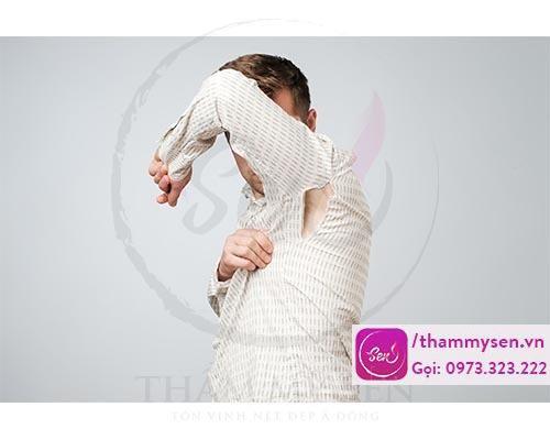 Quần áo quá chật vừa không tốt cho da nách vừa khiến mồ hôi và vi khuẩn nhiều hơn.